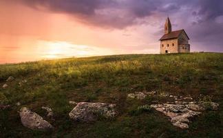 antiga igreja romana ao pôr do sol em drazovce, eslováquia