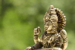 Cerca de una estatua de la deidad hindú