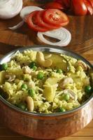 masale bhaat - un arroz frito maharashtrian picante foto