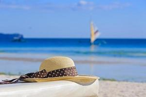cappello sulla spiaggia tropicale di sabbia