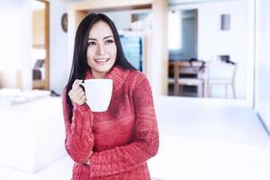 lachende winter vrouw met warme koffie