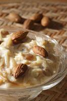 kheerni es un plato dulce hecho con leche y fideos foto