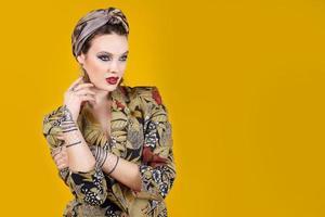mujer hermosa en estilo oriental con mehendi