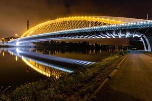 Vista nocturna del puente de Troja, Moldava, Praga, República Checa foto
