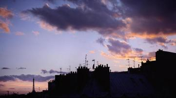 Paris Skyline mit dem Eiffelturm bei Sonnenuntergang.