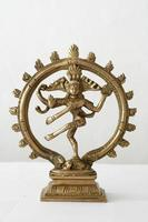 Shiva bailando sobre fondo blanco.