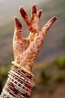 hermosas manos de una novia india foto