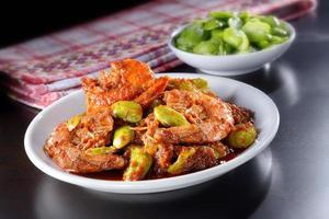 langostinos sambal con frijol apestoso foto