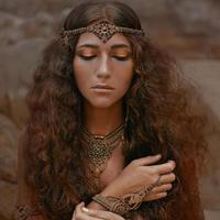 hermosa chica en joyería étnica