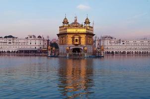 Templo dorado en la madrugada. amritsar India foto