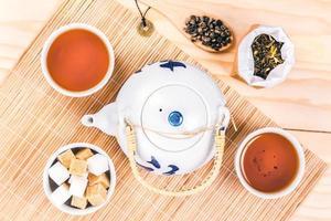 Juego asiático de té en la mesa de madera.