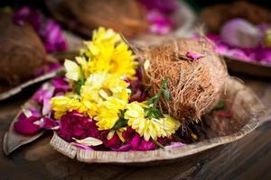 Ofrendas de flores y coco para la ceremonia religiosa hindú