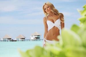 mujer en playa tropical foto