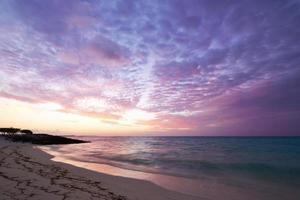 puesta de sol en la playa maldiva foto