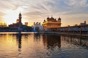 Templo de oro temprano en la mañana. al amanecer amritsar. India foto