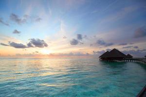 maisons des Maldives au lever du soleil