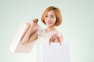 posando con bolsas de papel