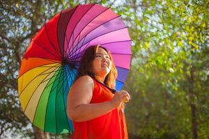 feliz una mujer con paraguas foto