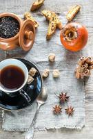 té de frutas con especias y galletas foto