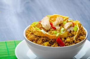 arroz con pollo al curry con crujiente omellete chino