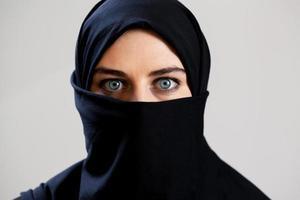 vista horizontal de mujer árabe