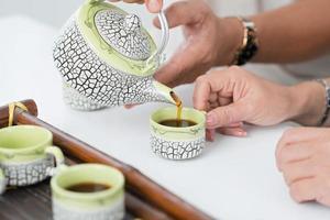 vertiendo té