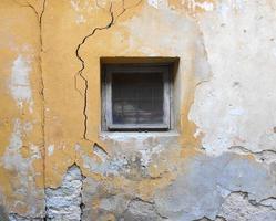 pared amarilla agrietada foto