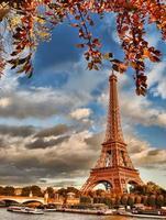Torre Eiffel con barcos en el Sena en París, Francia