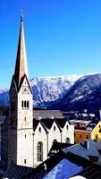 Iglesia Hallstatt con vista a la montaña foto