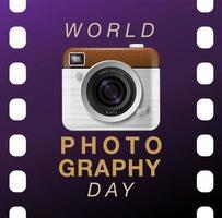 Cartel del día mundial de la fotografía con cámara en película vector