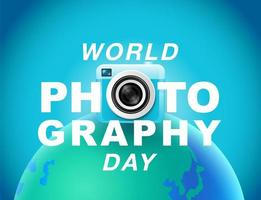 Cartel del día mundial de la fotografía con cámara sobre globo vector
