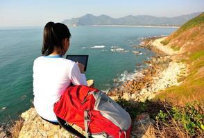 wandelende vrouw gebruik tablet pc aan zee