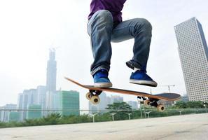mujer de skate saltando