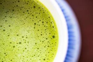 taza de té verde matcha de leche caliente. foto