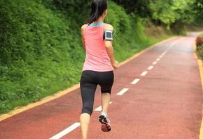 atleta corredor corriendo en pista forestal.
