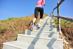 mujer corriendo por las escaleras de montaña