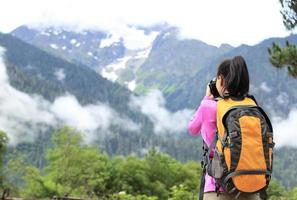 Foto de mujer excursionista tomando