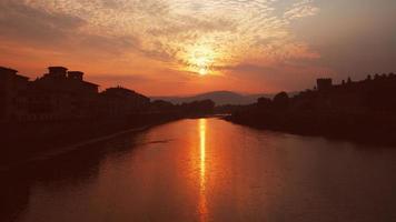 Puesta de sol en Florencia sobre el río Arno en Italia