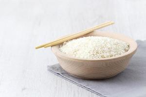 arroz blanco en un tazón de madera foto