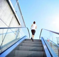 Atleta corredor corriendo en las escaleras. foto