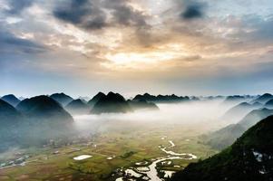 campo de arroz bajo la niebla en el valle, Lang Son, Vietnam