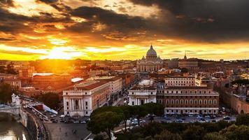 puesta de sol sobre st. peters, roma foto