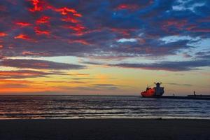 puesta de sol sobre el mar con faro