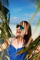 mulher de vestido azul em uma praia nas Maldivas