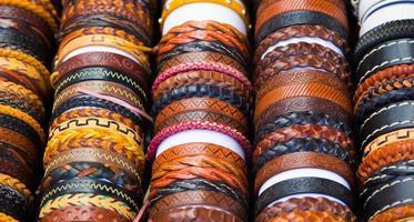 pulseiras de couro com diferentes formas e cores