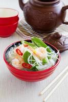 asiatische Suppe mit Garnelen und Gemüse.