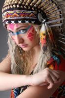 portret van een meisje naar het beeld van de indiaan