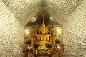 Buda de oro en la pagoda en sanda muni paya, myanmar.