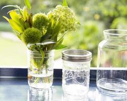 bloem in glazen pot met bokeh achtergrond