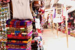 Productos locales peruanos. calles de cuzco artes tradicionales